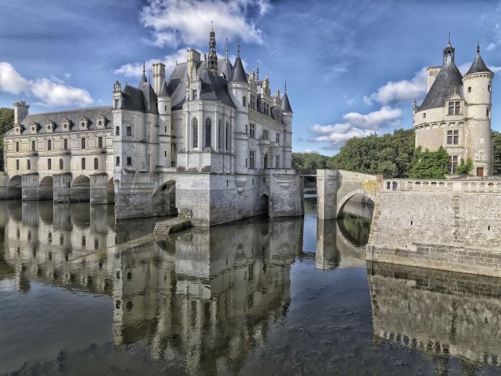 מבט על הטירה מכיוון גני דיאן דה פואטיה