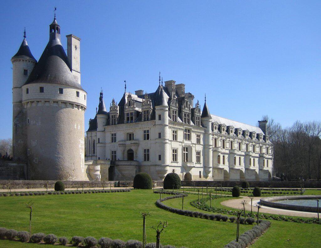 מבט על הטירה ועל מגדל השמירה מכיוון גני קטרינה דה מדיצ'י